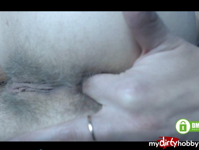 Sexy MILF fingert an ihrem haarigen Arschloch und bittet darum, an ihrem dreckigen Arsch zu schnüffeln