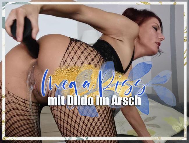 Mega Piss mit Dildo im Arsch!