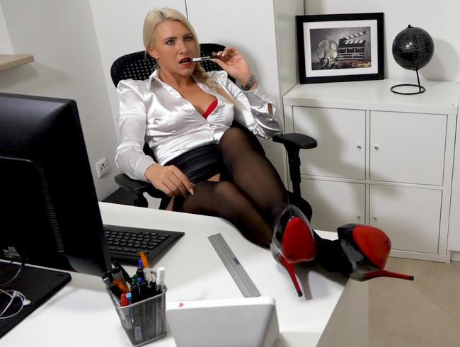 Büroschlampe läßt auch Gerd von der IT-Abteilung drüber rutschen   Hardcorefick in alle Löcher!
