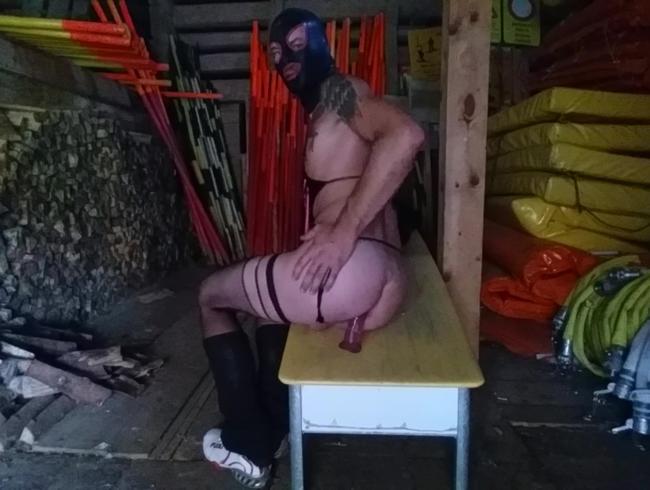 latex Schlampe reitet dildo im winterlager