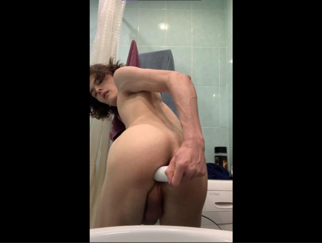 Teen benutzt eine Flasche, um seinen kleinen Arsch zu ficken