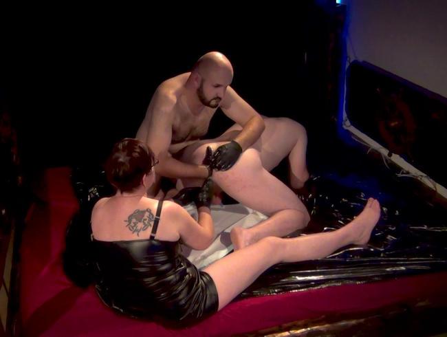 Sandra und Marcus bearbeiten einen knackigen Männerhintern