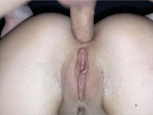 Der Nachbar hat mich mitten in der Nacht anal gefickt und in den Mund gespritzt