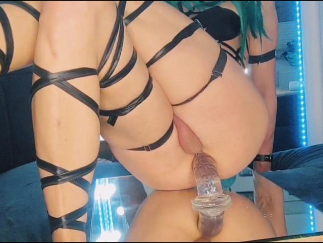 Sexy Rave Girl Solo anal mit durchsichtigen Dildo